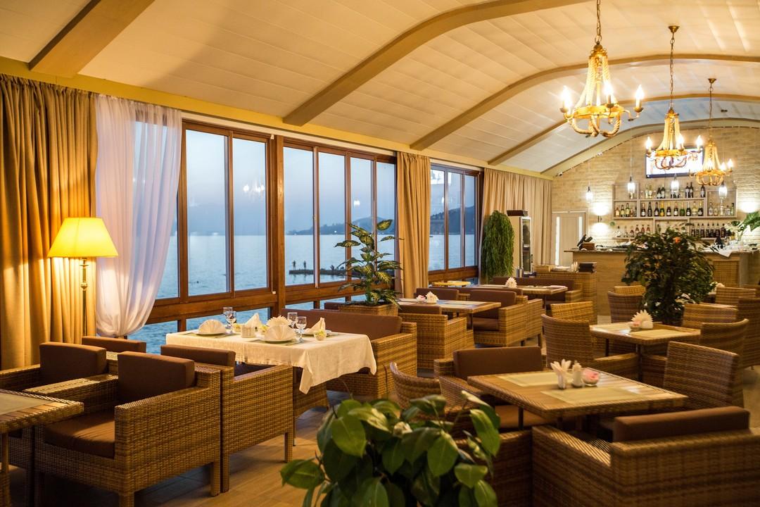ресторан на берегу моря.jpg